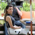 Kourtney Kardashian, de passage au restaurant The Villa dans le quartier de Woodland Hills avec l'équipe technique de Keeping up with the Kardashians. Los Angeles, le 25 juin 2013.