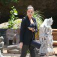 Khloé Kardashian arrive au restaurant The Villa à Los Angeles, suivie par les caméras de Keeping up with the Kardashians. Le 25 juin 2013.