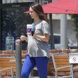 """EXCLU : Jennifer Love Hewitt, enceinte, s'offre un café à """"Coffee Bean & Tea Leaf"""" à Los Angeles, le 30 juin 2013"""