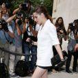 Kristen Stewart quitte le Grand Palais à l'issue du défilé Chanel haute couture automne-hiver 2013 au Grand Palais. Paris, le 2 juillet 2013.