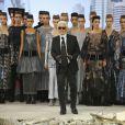 Karl Lagerfeld rejoint ses mannequins pour le final du défilé Chanel haute couture automne-hiver 2013 au Grand Palais. Paris, le 2 juillet 2013.