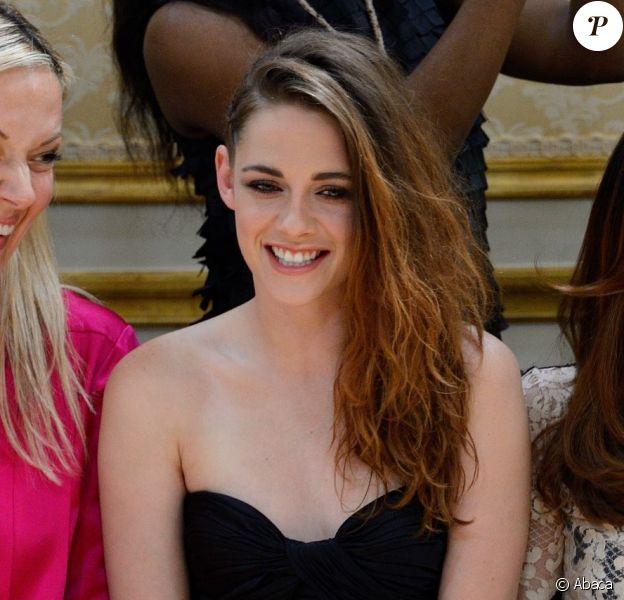 Kristen Stewart, souriante et très en beauté lors du défilé haute couture Zuhair Murad automne-hiver 2013-2014 à la Villa Montmorency. Paris, le 4 juillet 2013.