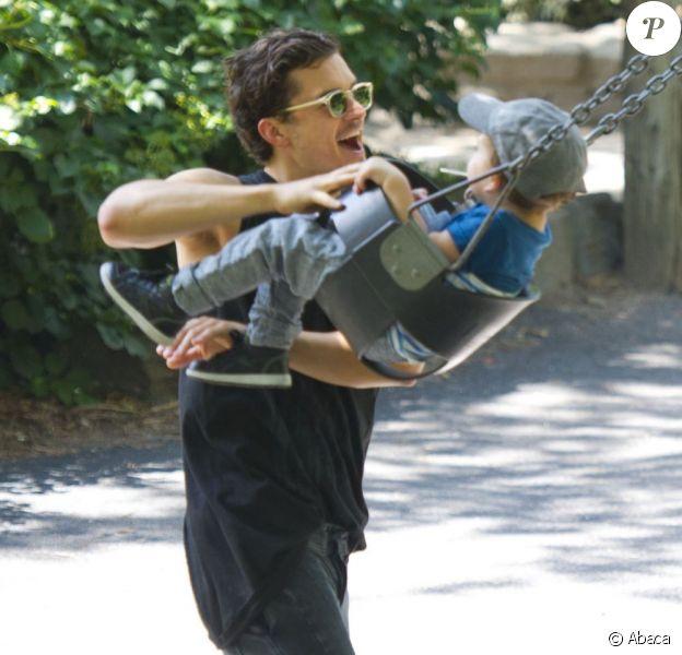 Orlando Bloom s'amuse avec son fils Flynn dans un parc de New York City, le 6 juillet 2013.