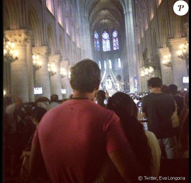 Eva Longoria a posté une photo d'elle et de son amoureux Ernesto Arguello. Ils étaient en train de visiter la cathédrale Notre-Dame de Paris. Juillet 2013.