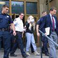 Amanda Bynes, une perruque sur la tête, sort du tribunal de Manhattan après avoir été arrêtée pour détention de drogues (marijuana), le 24 mai 2013.