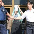 La starlette Amanda Bynes à la sortie du tribunal de New York, en perruque bleue, le 9 juillet 2013.