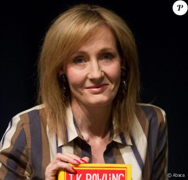 J.K. Rowling présente son livre Une place à prendre, à Bath au Royaume-Uni, le 8 mars 2013.