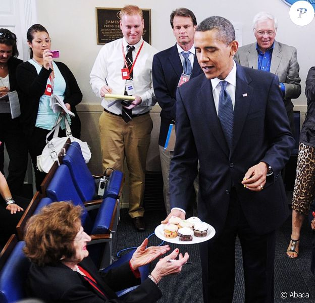 Helen Thomas reçoit des cup cakes de la part de Barack Obama pour ses 89 ans lors du point presse quotidien de la Maison Blanche le 4 août 2009 à Washington