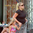 """Exclusif - Busy Philipps déjeune avec son mari Marc Silverstein et ses enfants Birdie et Cricket (née le 2 juillet 2013) au restaurant """"Dom"""" dans le quartier Los Feliz. A Los Angeles, le 20 juillet 2013. C'est la première sortie familiale avec le nouveau-né."""