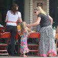 """Exclusif - Busy Philipps déjeune avec son mari Marc Silverstein et ses enfants Birdie et Cricket (née le 2 juillet 2013) au restaurant """"Dom"""" dans le quartier Los Feliz. A Los Angeles, le 20 juillet 2013."""