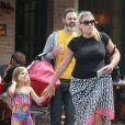 """Exclusif - L'actrice Busy Philipps déjeune avec son mari Marc Silverstein et ses enfants Birdie et Cricket (née le 2 juillet 2013) au restaurant """"Dom"""" dans le quartier Los Feliz. A Los Angeles, le 20 juillet 2013."""