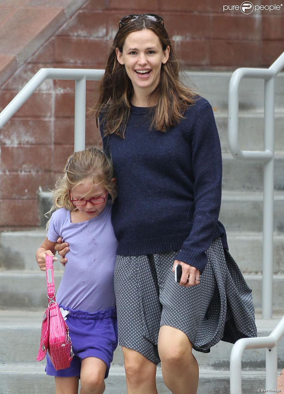 Jennifer Garner et son aînée Violet vont chercher l'adorable Seraphina dans un centre de loisirs à Pacific Palisades, le 24 juillet 2013.