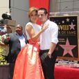 Jennifer Lopez et Casper Smart lorsque la chanteuse inaugure son étoile à Hollywood sur le Walk of Fame le 20 juin 2013