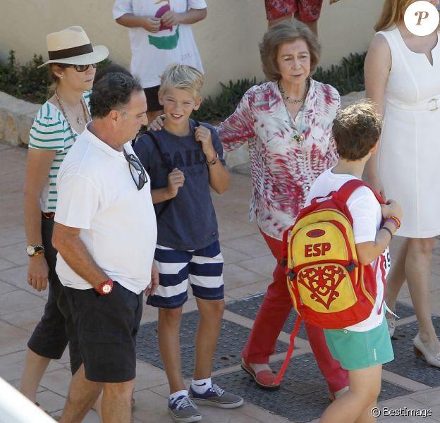 La reine Sofia d'Espagne, aux petits soins, accompagnait ses petits-enfants Felipe et Victoria, avec leur mère l'infante Elena, et Juan Valentin, Pablo, Miguel et Irene, avec leur mère l'infante Cristina, à l'école de voile à Palma de Majorque le 29 juillet 2013.