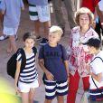 Victoria auprès de ses cousins. La reine Sofia d'Espagne accompagnait ses petits-enfants Felipe et Victoria, avec leur mère l'infante Elena, et Juan Valentin, Pablo, Miguel et Irene, avec leur mère l'infante Cristina, à l'école de voile à Palma de Majorque le 29 juillet 2013.