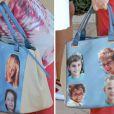 Le sac de la reine Sofia d'Espagne, à l'effigie de ses petits-enfants, lors d'une sortie à Palma de Majorque le 29 juillet 2013 pour les accompagner au club de voile.