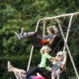 Gwen Stefani fait de la balançoire dans un parc avec ses fils Kingston et Zuma. Londres, le 28 juillet 2013.
