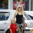 """Gwen Stefani et son fils Zuma quittent un magasin Toys""""R""""Us à Londres. Le 29 juillet 2013."""
