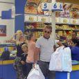 """Gwen Stefani, son mari Gavin Rossdale et leurs enfants Kingston et Zuma font du shopping chez Toys""""R""""Us. Londres, le 29 juillet 2013."""