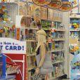 """Gwen Stefani, de passage dans une boutique Toys""""R""""Us, gâte ses deux garçons en jouets. Londres, le 29 juillet 2013."""