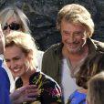 """Sandrine Bonnaire et Johnny Hallyday tout sourire lors du dernier jour de tournage du film de Claude Lelouch """"Salaud, on t'aime"""" à Saint-Gervais-les-Bains, le 31 juillet 2013."""