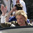"""Johnny Hallyday salue la foule au dernier jour de tournage du film de Claude Lelouch """"Salaud, on t'aime"""" à Saint-Gervais-les-Bains, le 31 juillet 2013."""