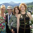 """Jean-François Derec entouré de Valérie Kaprisky, Agnès Soral pendant le dernier jour de tournage du film """"Salaud, on t'aime"""" à Saint-Gervais-les-Bains, le 31 juillet 2013."""