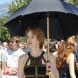 """Agnès Soral se protège du soleil pendant le dernier jour de tournage du film """"Salaud, on t'aime"""" à Saint-Gervais-les-Bains, le 31 juillet 2013."""