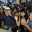 """Claude Lelouch et sa compagne Valérie Perrin font la fête pendant le dernier jour de tournage du film """"Salaud, on t'aime"""" à Saint-Gervais-les-Bains, le 31 juillet 2013."""