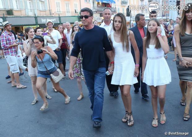 Sylvester Stallone se balade au côté de sa femme Jennifer Flavin et ses filles Sophia, Sistine et Scarlet en vacances à Saint-Tropez le 3 août 2013.