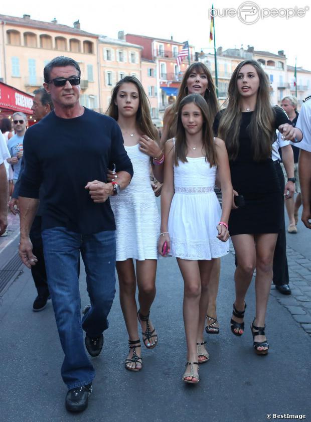 Sylvester Stallone avec le sourire au côté de sa femme Jennifer Flavin et ses filles Sophia, Sistine et Scarlet en vacances à Saint-Tropez le 3 août 2013.