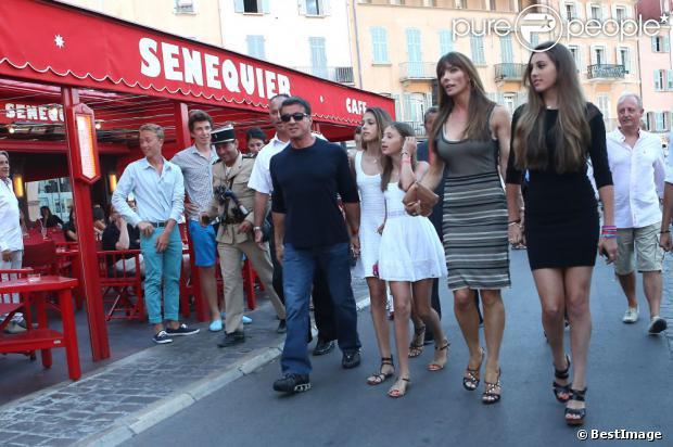 Sylvester Stallone visite au côté de sa femme Jennifer Flavin et ses filles Sophia, Sistine et Scarlet en vacances à Saint-Tropez le 3 août 2013.