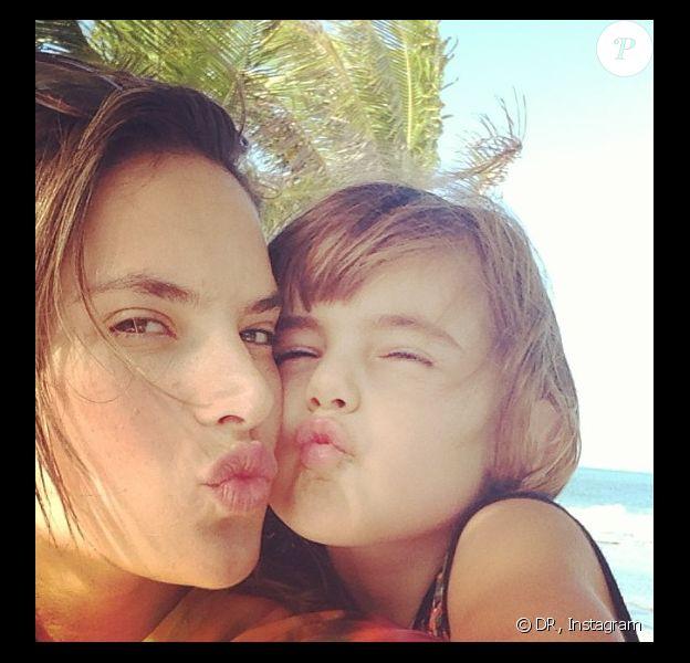 Alessandra Ambrosio et sa fille Anja nous envoient quelques baisers du Brésil où elles passent de belles vacances en famille. Juillet/Août 2013