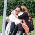 Donna Allemand, et sa soeur ainée, attendent devant l'hôpital où Gia a été hospitalisée, le 14 août 2013 - Gia Allemand est malheureusement décédée