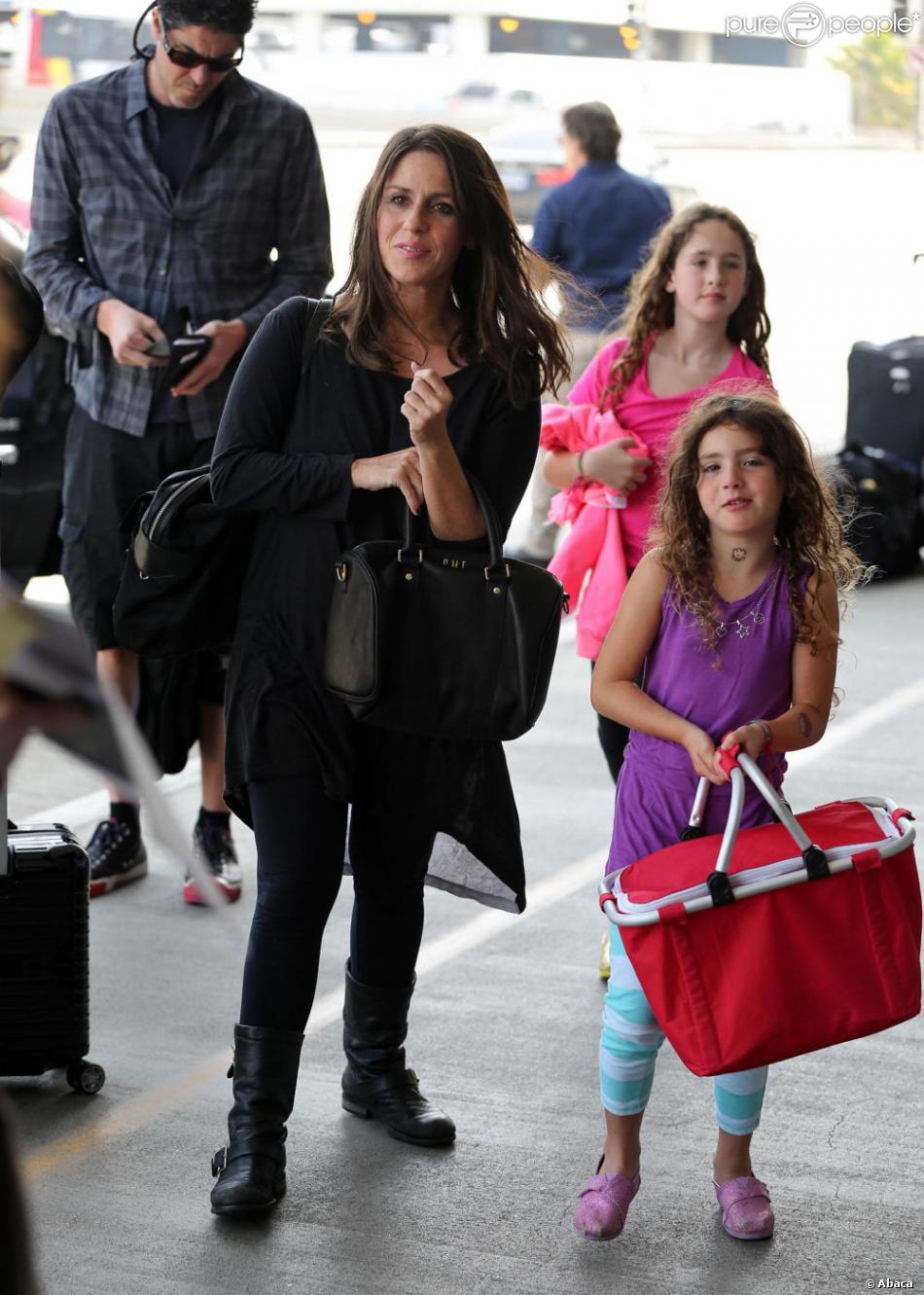 Soleil Moon Frye accompagnée de son mari et de ses filles à l'aéroport de Los Angeles le 14 août 2013.