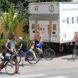 Ce camion ? Une fête se préparerait-elle ? Rocco, fils de Madonna, profite à fond de ses vacances à Villefranche-sur-mer, comme ici lors d'une sortie à vélo avec ses amis le 16 août 2013, jour du 55e anniversaire de sa mère.