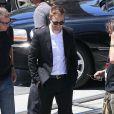"""Robert Pattinson tout sourire sur le tournage du film """"Maps to the Stars"""" à Union Station, Los Angeles, le 17 août 2013."""