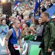 """Sous les yeux et les encouragements de son épouse la princesse Mary et leurs enfants Christian et Isabella, le prince Frederik de Danemark a couru dimanche 18 août 2013 l'Ironman de Copenhague : avec un chrono remarquable de 10h45'32'', il s'est classé 706e parmi les 2 600 participants. Dans le détail, Frederik de Danemark a effectué les 3,8 km de natation en 1h10'16"""", a bouclé ses 180 km à vélo en 5h25'19"""", et a rallié la ligne d'arrivée en courant son marathon en 3h58'47"""""""