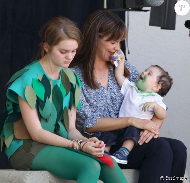 "Jennifer Garner prend soin d'un bébé au côté de Kerris Dorsey sur le tournage du film ""Alexander And The Terrible, Horrible, No Good, Very Bad Day"" à Los Angeles, le 20 août 2013."
