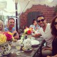 Jesse Metcalfe et Cara Santana mangent au restaurant Ivy avec les parents de la jeune femme à Los Angeles, le 20 août 2013.