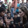 Angelina Jolie dans un camp à la frontiere jordanienne le 18 juin 2013.
