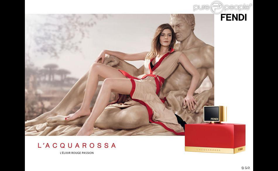 Chiara Mastroianni est l'égérie du parfum L'Acquarossa de Fendi. Photo par Jean-Baptiste Mondino.