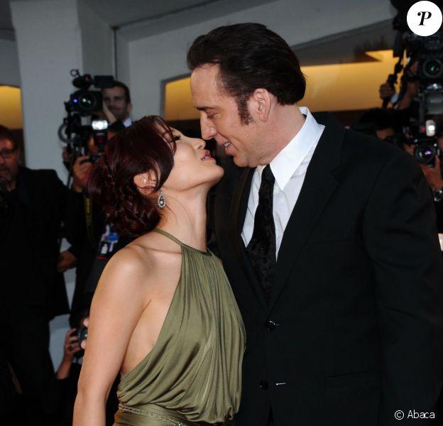 Nicolas Cage amoureux de sa femme Alice Kim à la 70e Mostra de Venise, au Lido, le 30 août 2013.