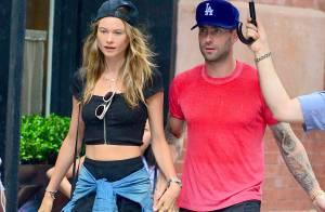 Adam Levine et Behati Prinsloo : Fiancés amoureux sous la pluie new-yorkaise
