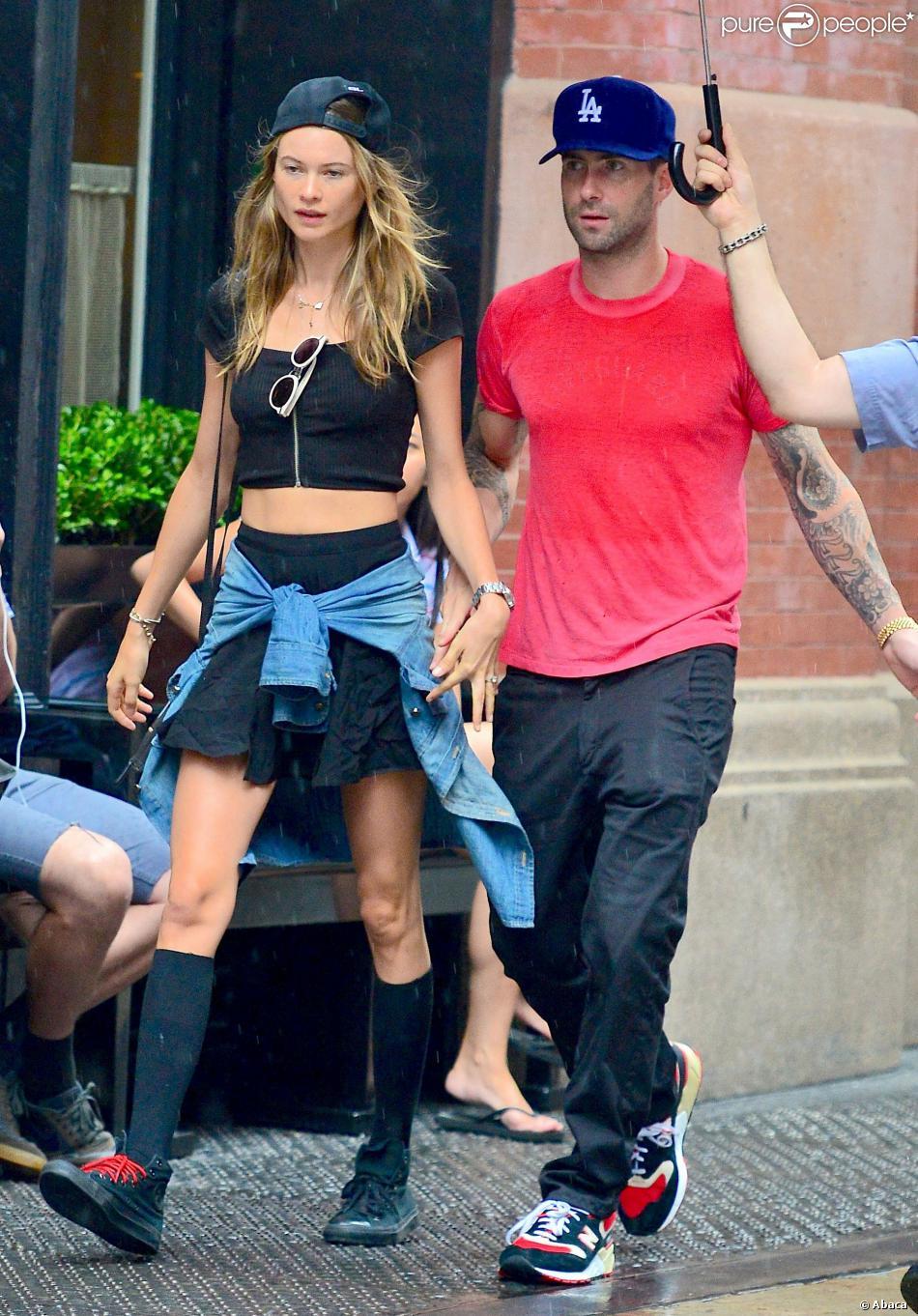 Adam Levine et sa fiancée Behati Prinsloo, amoureux sous la pluie à New York. Le 2 septembre 2013.