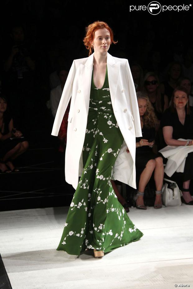 Karel Olsen en robe de soirée verte longue
