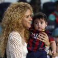 Shakira et son fils Milan regardent Gerard Piqué lors du match FC Barcelone - FC Séville à Barcelone, le 14 septembre 2013.