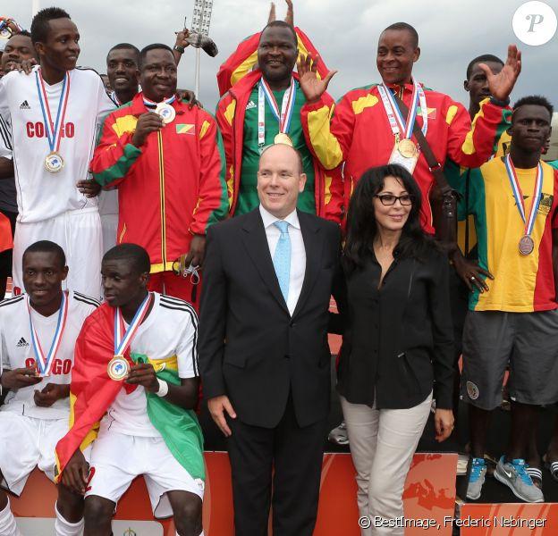 Yamina Benguigui, ministre déléguée chargée de la Francophonie, et le prince Albert II de Monaco avec les footballeurs finalistes dimanche 15 septembre 2013 à Nice lors de la cérémonie de clôture des VII Jeux de la Francophonie.