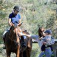 Jennifer Garner montre un véritable cheval de près à Samuel pour la première fois, à Pacific Palisades, le 16 septembre 2013.