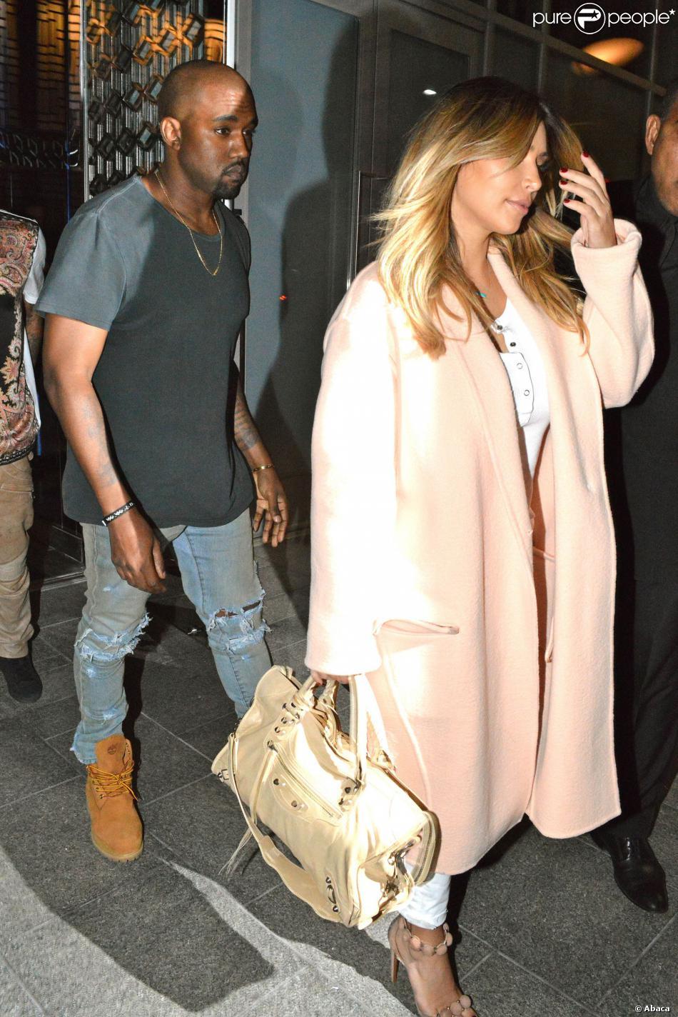 Kim Kardashian, désormais blonde, et Kanye West sortent du restaurant chinois Hakkasan Chinese à Beverly Hills, le 20 septembre 2013.